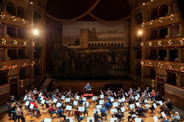 De wereldberoemde dirigent Riccardo Muti repeteert met zijn orkest voor een online-optreden in de majestueuze zaal van het Teatro Massimo. Beeld Giulio Piscitelli