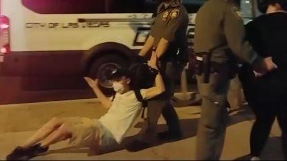 """Politie sleept arrestant over de grond en spreekt voorbijganger aan: """"Jij bent de volgende"""""""