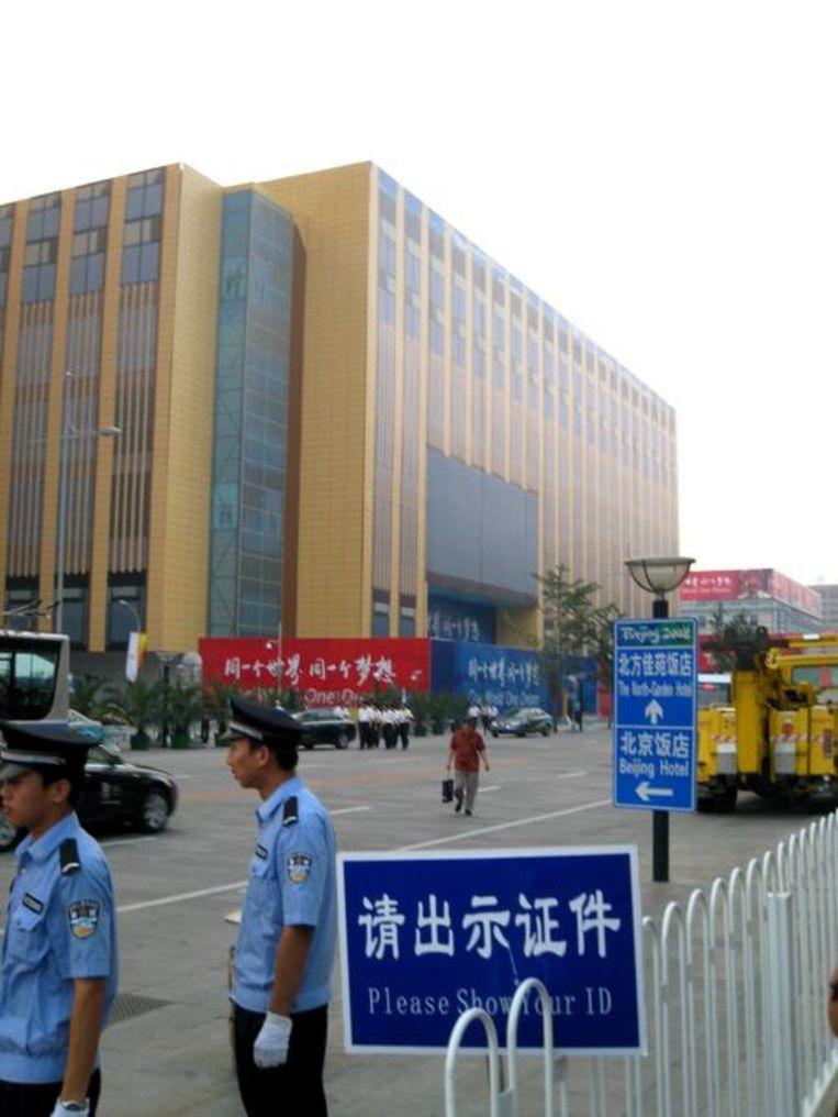 Wangfujinglu, de Nieuwstraat van Peking, is een versterkte burcht en de gevel van het gebouw is niet echt maar van MDF. En dat allemaal voor het IOC? Beeld UNKNOWN