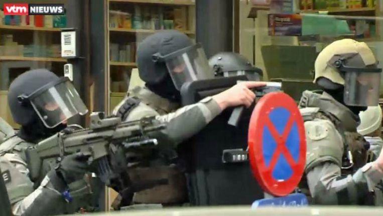 Politieagenten in actie in Molenbeek Beeld Still VTM Nieuws