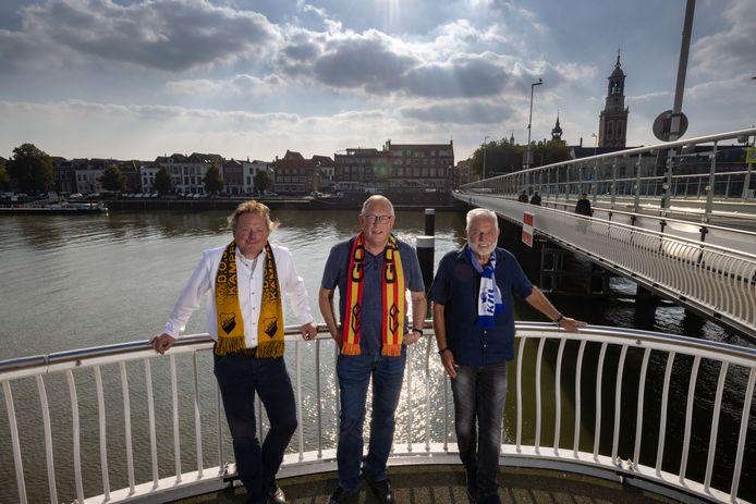 Clubmannen van de Kamper voetbalclubs: Jan de Vries in het geel en zwart van DOS, Errit Drost in het rood en geel van Go Ahead en Dries Vos in het blauw en wit van KHC.