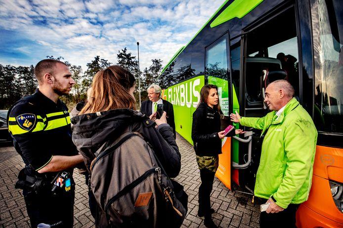 Agenten trainen buschauffeurs hoe ze boeven kunnen herkennen.