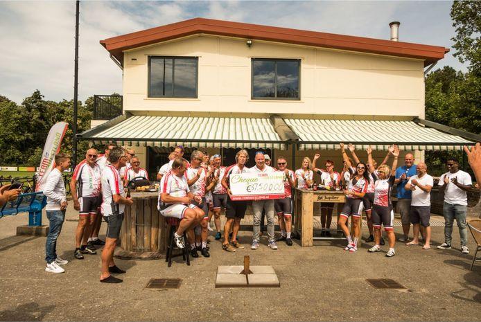 René Beukers van Team Westland krijgt de cheque van 37.500 euro uit handen van René van Dijk.