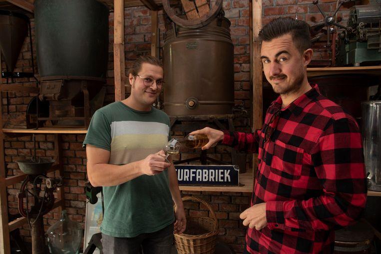Michaël en Jente lanceren 7Knots, een nieuwe jeneversoort. Ze willen het oubollige drankje een jong imago geven.