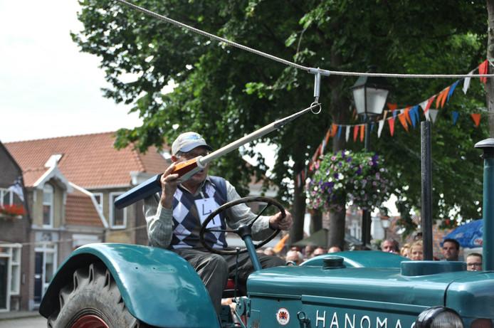 """Bij """"Nieuwerkerk Bruist"""" ringsteken met de tractor / afgelopen zaterdag 9 Juli , dit was de oudste deelnemer eveneens op een klassieker ."""