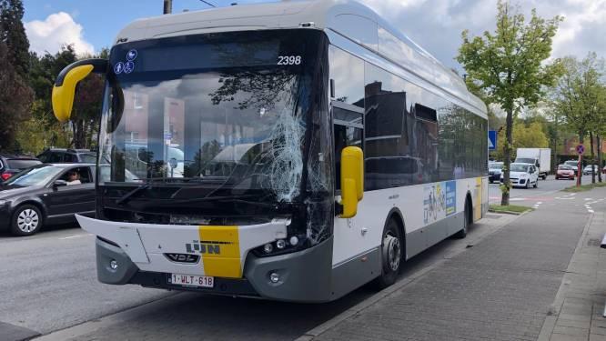Vrachtwagen rijdt lijnbus aan, chauffeur lichtgewond naar ziekenhuis