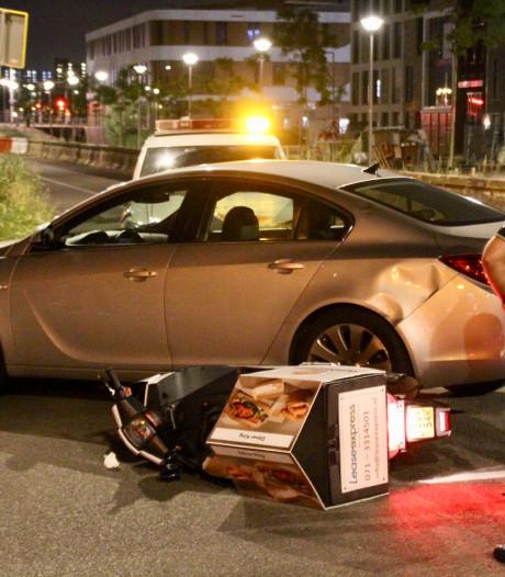 Maaltijdbezorger raakt gewond bij botsing met kerende auto op Nieuwe Gracht Delft
