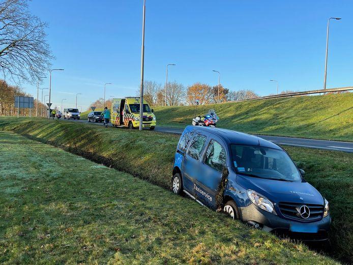Op de afrit van de N342 in Oldenzaal is maandagmorgen een taxi van de weg geraakt en in de sloot beland. De bestuurder kon het voertuig zelf verlaten en is opgevangen door ambulancepersoneel.