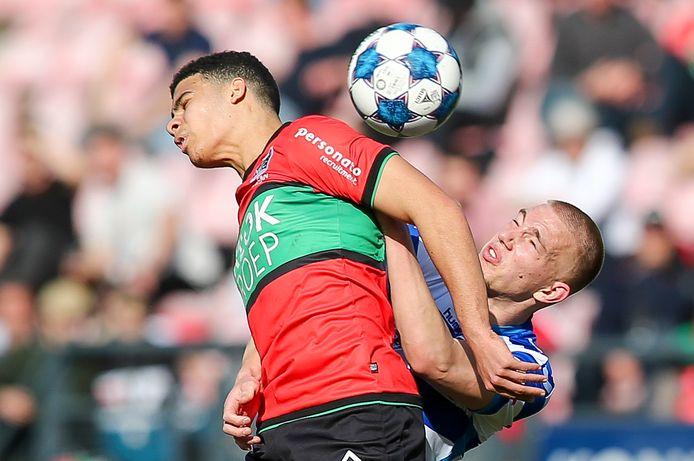 NEC'er Elayis Tavsan in duel met Jasper van Heertum van De Graafschap.