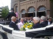Oud-pastoors in koets door Uden voor jubileum