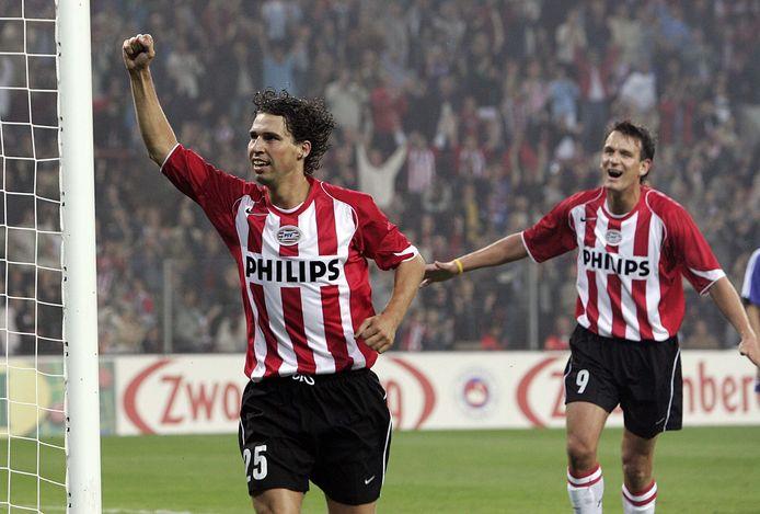 John de Jong (l) scoorde de 4-0 en Jan Vennegoor of Hesselink (r) de 5-0 tegen Rode Ster Belgrado. Zo bereikte PSV de groepsfase van de Champions League van het successeizoen 2004-2005.