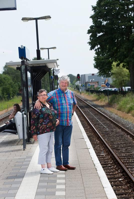 Vordenaar Jan Rigterink (72) en zijn dementerende vrouw Anneke (68) gaan nog ieder weekend samen op stap met de trein, ook al woont Anneke intussen in verpleeghuis.