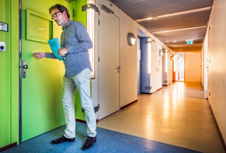 Psychiater Keijer in een van de gangen met afgesloten kamers in kliniek Roosenburg.  Beeld Foto Raymond Rutting / de Volkskrant