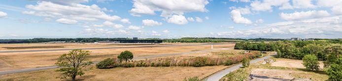 Uitzicht vanaf de verkeerstoren over de vliegbasis met het in midden het Nationaal Militair Museum. Rechts de woonflats van Flight Deck.