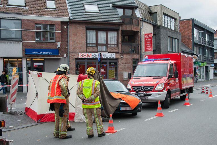 Voor de man kwam alle hulp te laat. Een tiener die getuige was, werd opgevangen door de brandweer en overgebracht naar het ziekenhuis.