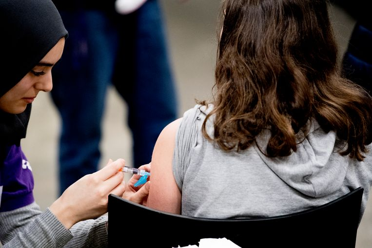 Een meisje wordt gevaccineerd tegen mazelen en andere ziektes. Beeld ANP