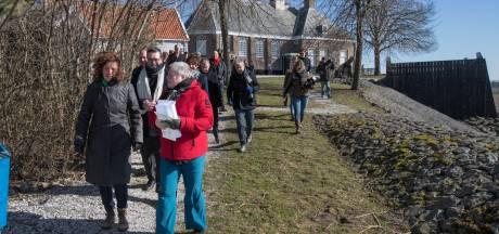 Minister neemt 12 miljoen mee, redding Schokland nabij