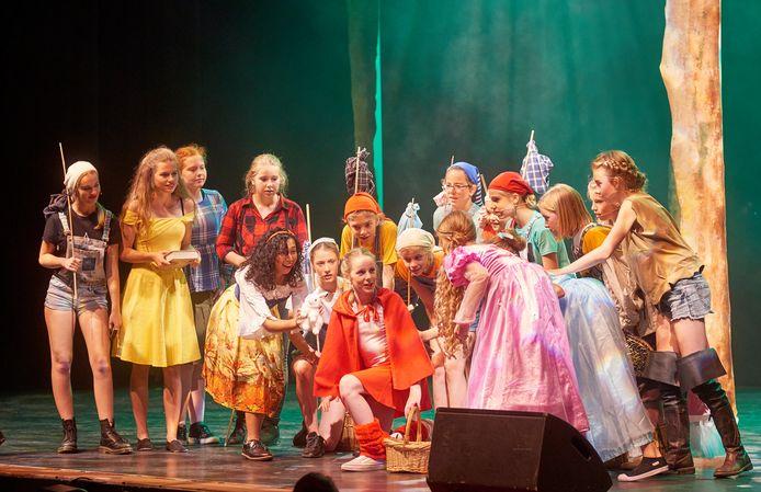 Leerlingen van Kunst & Co voeren het stuk 'Het Maashorstmysterie' op.