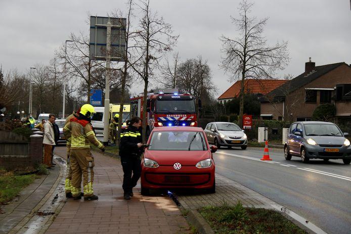 De auto staat langs de Rijksweg nadat deze op een vluchtheuvel was gebotst in Mook. De bestuurster raakte lichtgewond.