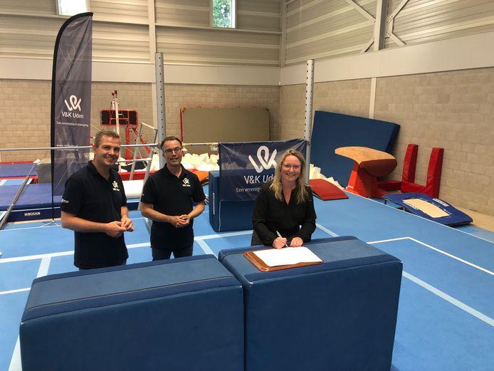 Het bestuur van V&K en de gemeente tekenen de overeenkomst in de nieuwe hal. Vlnr: penningmeester Edwin Borsje, voorzitter Koen Andringa en wethouder Ingrid Verkuijlen.