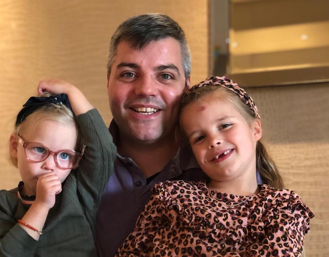 Teunis de Boer met twee van zijn zeven kinderen.