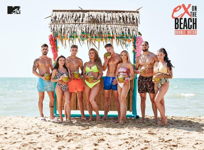 De cast van het zesde seizoen van 'Ex on the Beach: Double Dutch'. Julie staat uiterst rechts.