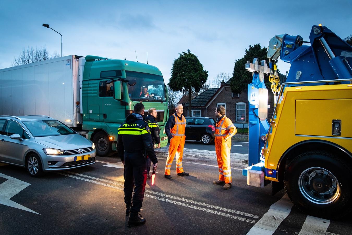 Politie en bergers bij de gestrande truck.