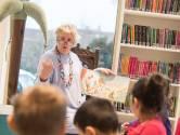 Annet leest kinderen voor in de bibliotheek: 'Ze vinden de ondeugende boeken altijd het leukst'