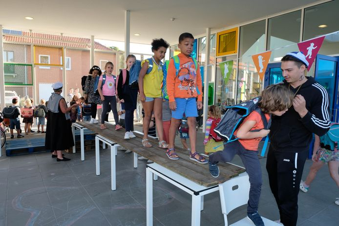 De kinderen van De Bel betraden hun 'schip' door middel van een loopplank.