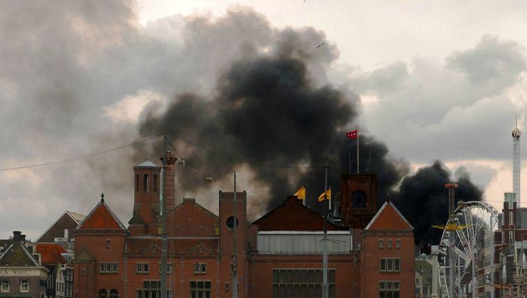 Tijdens de korte maar felle brand waren grote rookpluimen boven het centrum te zien Beeld David de Leeuw