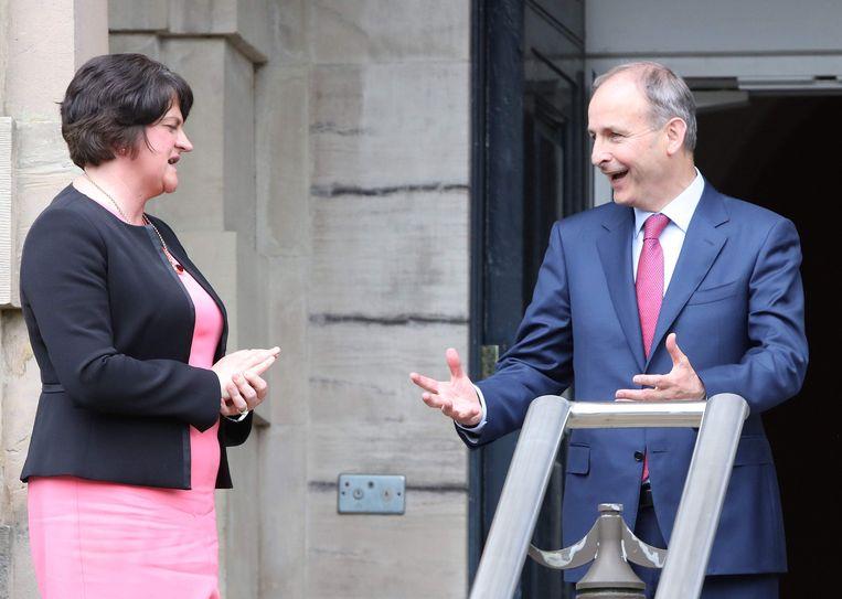 De Noord-Ierse eerste minister Arlene Foster en de Ierse premier Micheal Martin (rechts) bij een ontmoeting in Belfast. Beeld AFP