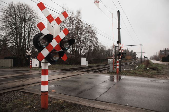 De overweg aan de Molenstraat wordt als eerste afgesloten.