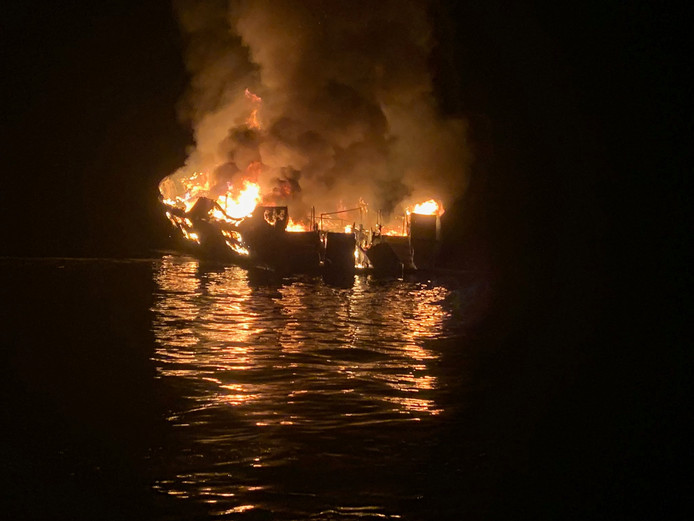 De boot brandde vrijwel helemaal uit.