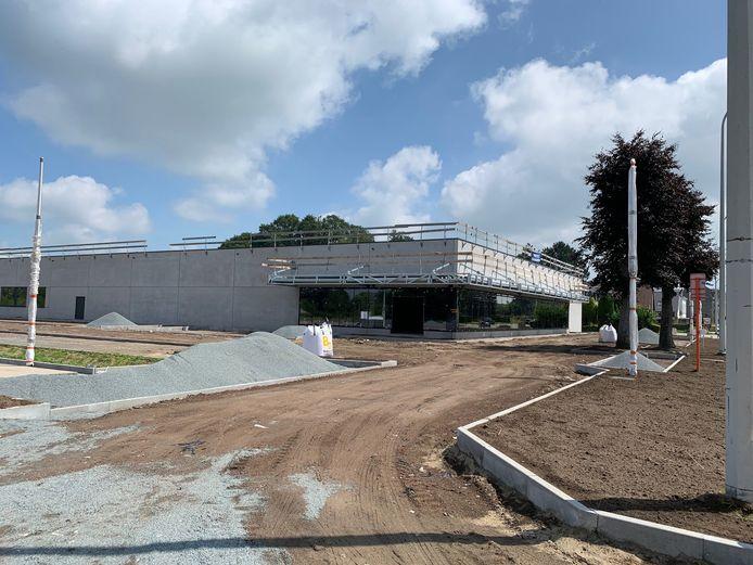 De bouw van het nieuwe warenhuis langs de N9 vlot goed.