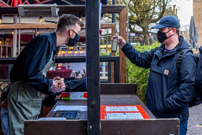 Proef met cafebezoek. Vijf Utrechtse cafes laten enkele dagen gasten toe, op vertoon van een negatief coronatestbewijs. Onderzocht wordt hoe de kroegen weer op een veilige manier open kunnen.