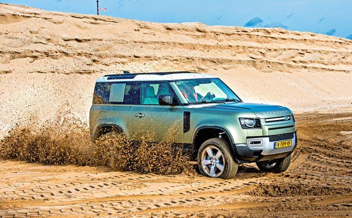 De Land Rover Defender 90 P400 is een specialist in rijden over ruig terrein.
