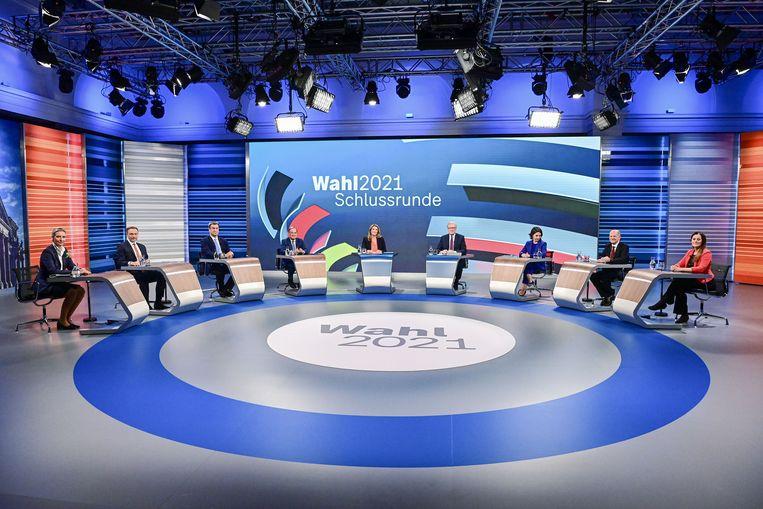Het slotdebat van donderdagavond, waaraan de kopstukken van AfD, FDP,  CSU, CDU, Groenen en SPD deelnamen. Beeld REUTERS