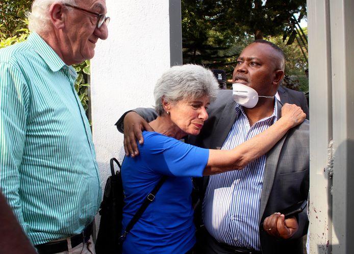 Cohens zus Gabrielle (M) met recherchebaas George Kinoti (R) en haar echtgenoot Roy van Straten (L) na de vondst van het lichaam van haar broer, gistermiddag.
