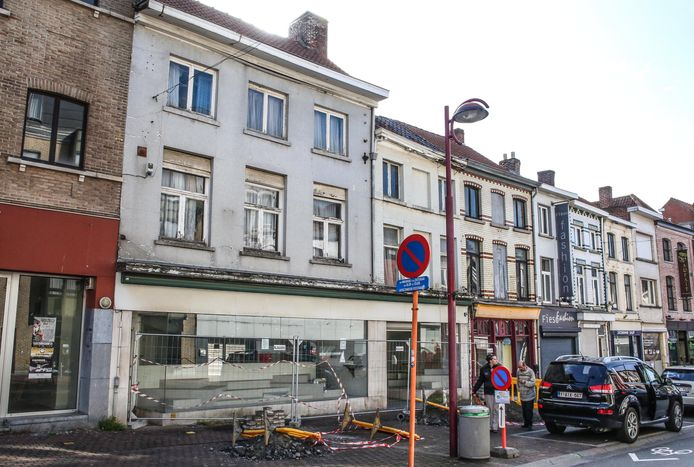 Binnen een maand moeten deze panden in de Rijselstraat tegen de vlakte op bevel van de burgemeester. Het afsluiten van de nutsvoorzieningen is al begonnen.