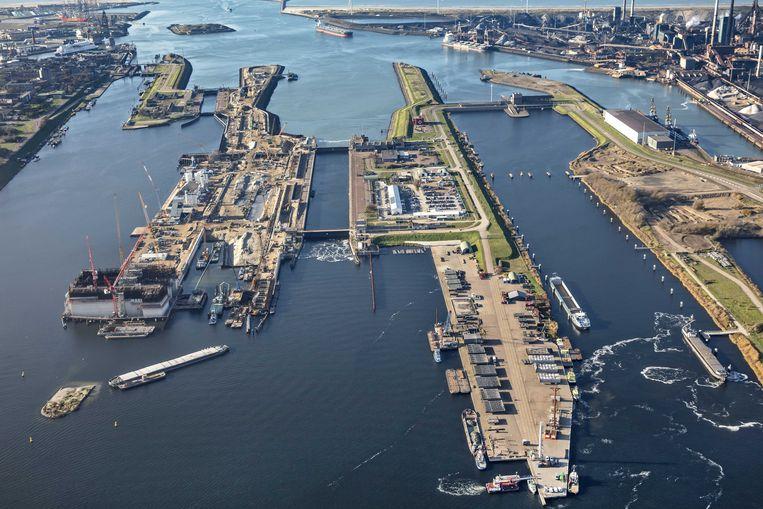 Luchtfoto uit 2018 van de bouw van de zeesluis, aan de ingang van het Noordzeekanaal bij IJmuiden.  Beeld ANP