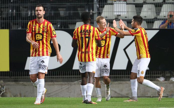 Felicitaties voor Nikola Storm na zijn goal in Charleroi. Hij vond dit seizoen al zesmaal de weg naar doel.