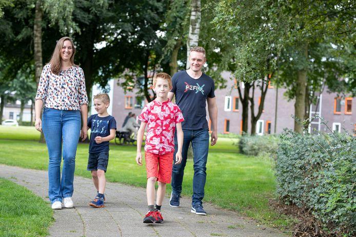 Denise Beerents en Stefan Huisman lopen zaterdag met hun kinderen Julian (7) en Thijs (9) de laatste etappe van hun Nierdaagse, een soort alternatieve wandelvierdaagse van de Nierstichting. Thijs liep op jonge leeftijd nierschade op door een voedselvergiftiging.