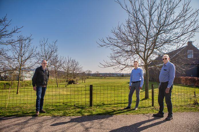 Bewoners van Ter Aalst in Oosterhout maken zich zorgen over ontwikkelingen in de omgeving. Hier bewoners Gerard van Oerle, René Vollenbroek en Ad Schransmans in de straat met op de achtergrond aan de horizon de contouren van restaurant Het Houtse Meer aan de Bergsebaan.