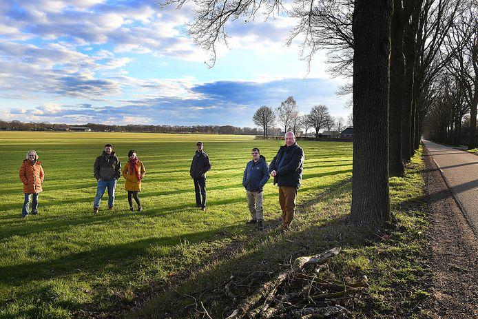 Een groep omwonenden op de plek aan de Lactariaweg in Stevensbeek, waar de gemeente een groot zonnepark wil laten aanleggen. Een grote meerderheid van de inwoners is tegen.