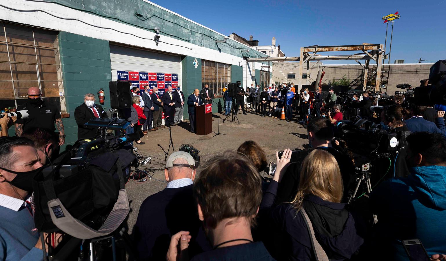 Rudy Giuliani, de advocaat van Trump, tijdens zijn persconferentie op de parkeerplaats van hoveniersbedrijf Four Seasons Total Landscaping in Philadelphia, Pennsylvania, vlak nadat Joe Biden tot winnaar was uitgeroepen.