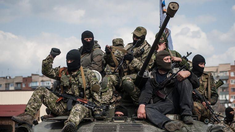 Pro-Russische separatisten op een tank. Beeld EPA