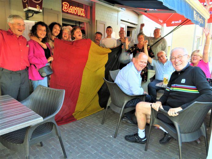 Feest in café Sint-Arnolduspleintje in Wortegem, bij de mama van Tim Merlier