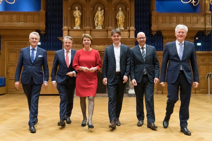 Commissaris van de Koning Wim van de Donk (2e links) met de burgemeesters wier gemeenten lijden onder de drugscriminaliteit, v.l.n.r. John Jorritsma (Eindhoven), Elly Blanksma (Helmond), Paul Depla (Breda), Jack Mikkers (Den Bosch) en Theo Weterings (Tilburg).