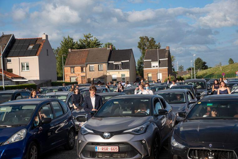 Afstuderen op een parking van De Lijn.