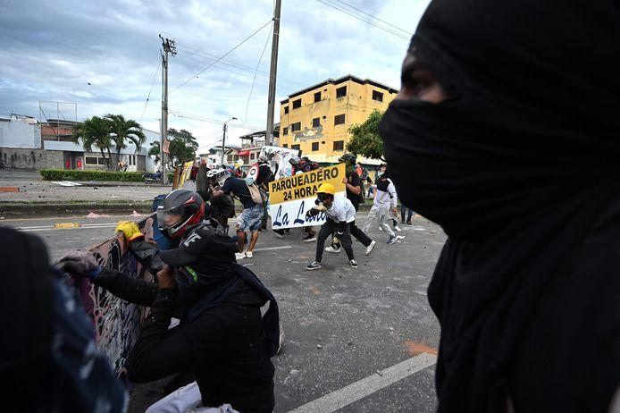 Demonstranten botsen met de oproerpolitie tijdens een protest tegen een wetsvoorstel rond belastinghervorming